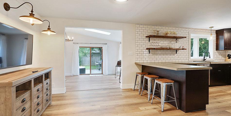 1086 Shadow Lane kitchen tv