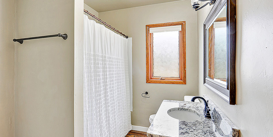 821 Royal Boulevard Bathroom