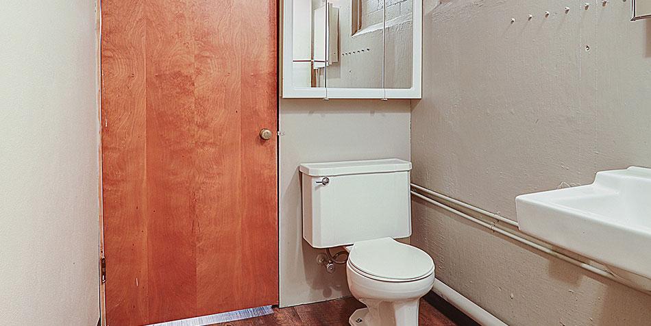 821 Royal Boulevard Lower Bathroom