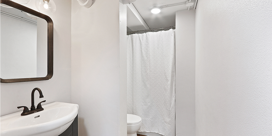 821 Royal Boulevard - Full Bathroom